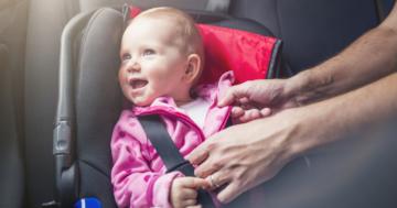 Kinderautositz im Auto befestigen